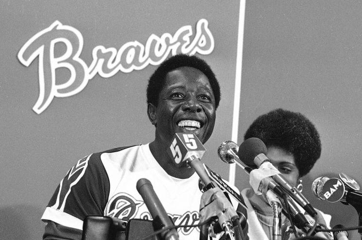 행크 애런이 1974년  715번째 홈런을 치며 베이브 루스의 홈런 기록을 넘어선 후 기자회견을 하고 있다. [이미지출처=AP연합뉴스]