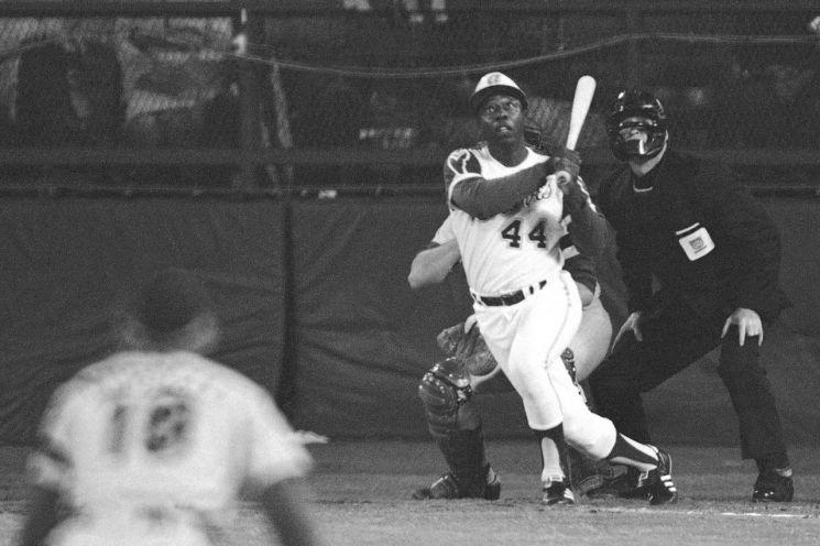 행크 애런이 715번째 홈런을 치고 타구를 바라보고 있다. [이미지출처=AP연합뉴스]