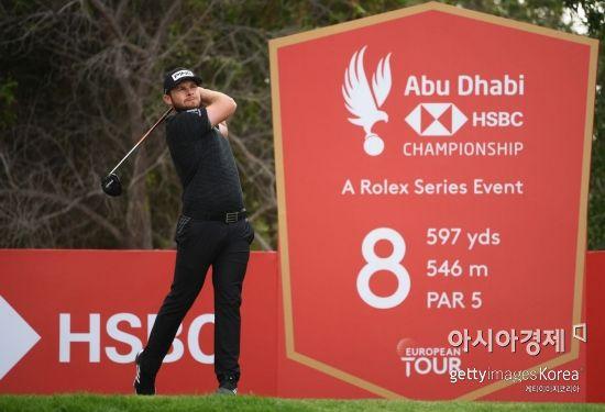 타이렐 해튼이 아부다비 HSBC챔피언십 둘째날 8번홀에서 티 샷을 하고 있다. 아부다비(UAE)=Getty images/멀티비츠