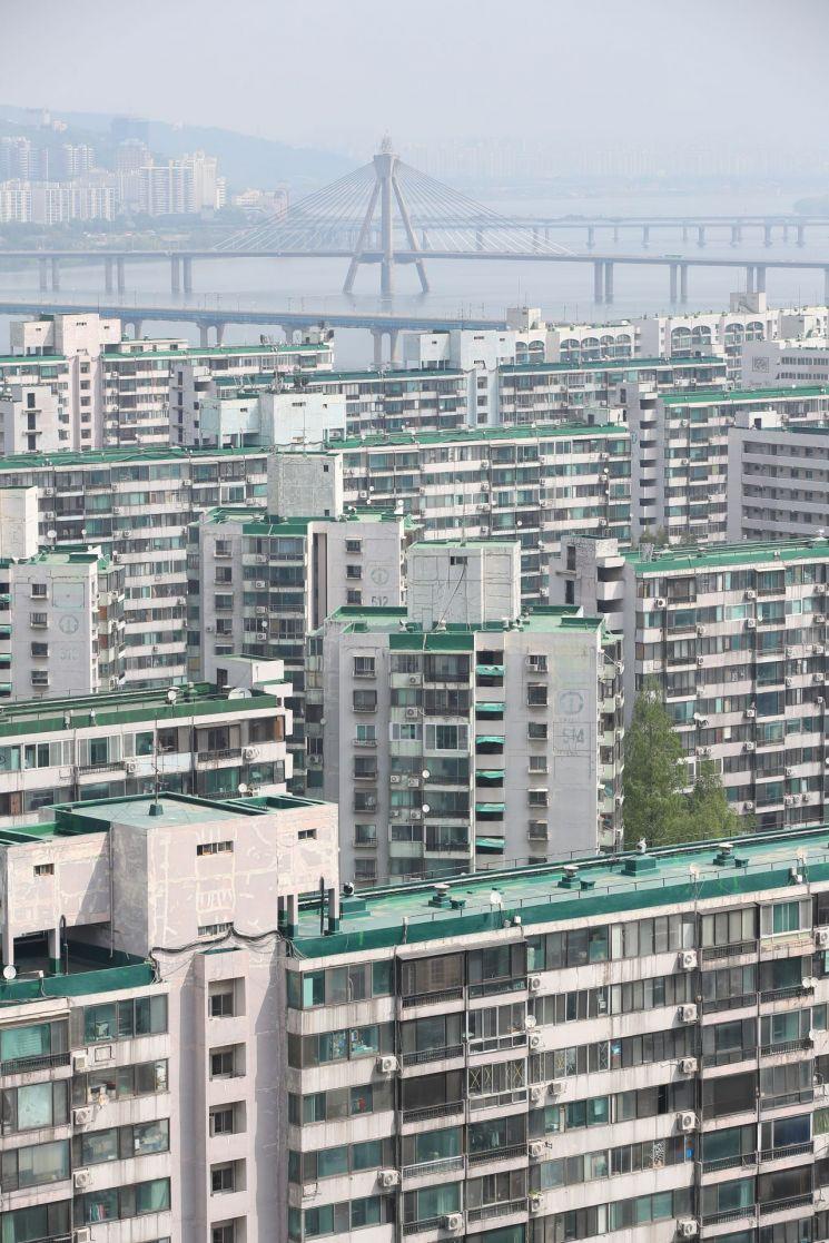 정부의 부동산 보유세 강화 등으로 가격이 하락했던 서울 주요 지역 재건축 대상 아파트값이 황금연휴를 기점으로 다시 오름세를 보이고 있다.     지난해 12·16대책 직전 최고가인 21억3000만원을 기록 후 지난달 말 급매 시세가 18억~18억2000만원으로 떨어졌던 잠실 주공5단지 시세는 연휴 기간 분위기가 바뀌면서 18억5000만∼19억원 이상으로 호가가 뛰었다. 사진은 3일 오전 서울 잠실 5단지 주공 아파트 단지 모습 <사진=연합뉴스>