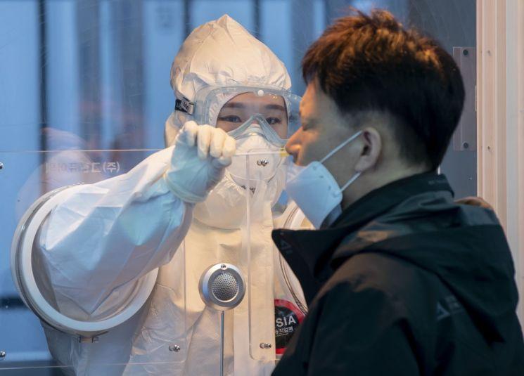 22일 오전 서울역 앞에 마련된 임시선별검사소에서 의료진이 검체 채취를 하고 있다. [이미지출처=연합뉴스]