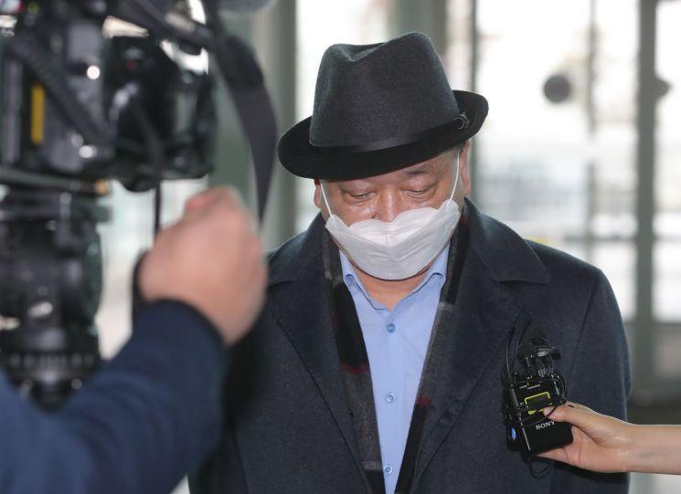 강창일 일본 주재 한국 대사가 22일 오전 인천국제공항 2터미널에서 부임지인 일본으로 출국하며 취재진의 질문을 받고 있다. (사진=연합뉴스)