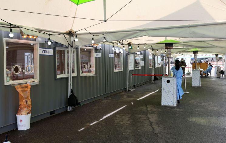 23일 오후 서울역 광장에 마련된 코로나19 임시 선별 진료소가 다소 한산한 모습을 보이고 있다. [이미지출처=연합뉴스]