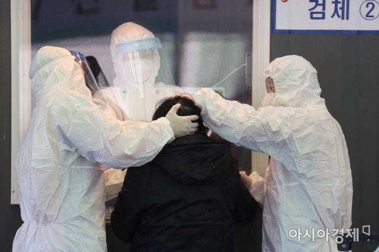 국내 신종 코로나바이러스 감염증(코로나19) 상황이 완만한 감소세를 보이고 있는 24일 서울역 광장에 마련된 임시 선별검사소에서 의료진이 검체 채취를 하고 있다. 질병관리본부 중앙방역대책본부는 이날 0시 기준 코로나19 신규 확진자가 392명 늘어 누적 7만5084명이라고 밝혔다. /문호남 기자 munonam@