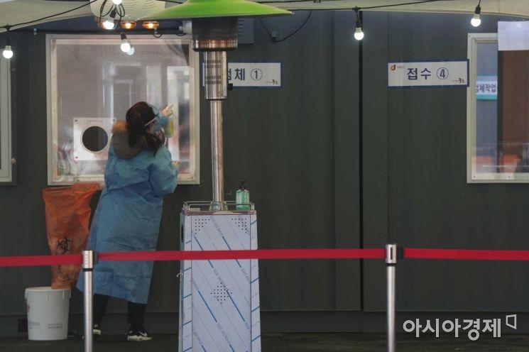 국내 신종 코로나바이러스 감염증(코로나19) 상황이 완만한 감소세를 보이고 있는 24일 서울역 광장에 마련된 임시 선별검사소에서 의료진이 창문을 소독하고 있다. 질병관리본부 중앙방역대책본부는 이날 0시 기준 코로나19 신규 확진자가 392명 늘어 누적 7만5084명이라고 밝혔다. /문호남 기자 munonam@