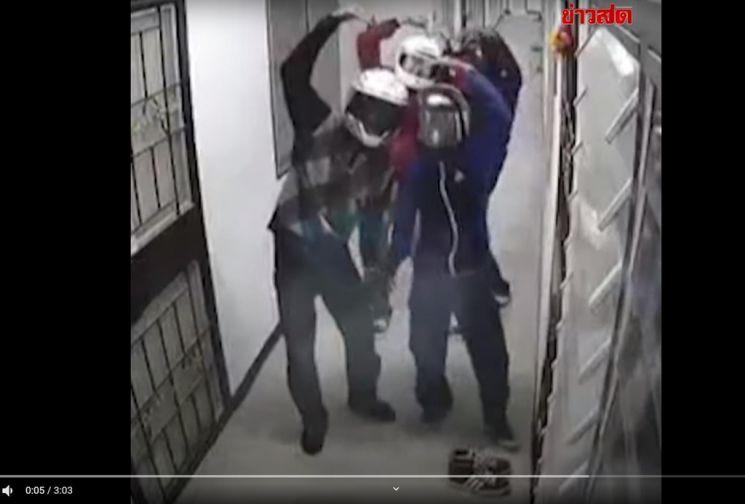 훔친 신발을 다시 돌려 놓으며 CCTV를 보고 팔 하트 표시하는 10대 도둑들. 사진출처 = 카오솟TV 유튜브 영상 캡처