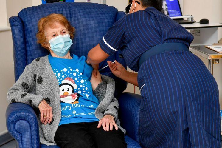 지난달 8일 세계 최초의 신종 코로나바이러스감염증(코로나19) 백신 일반 접종자인 영국의 마거릿 키넌씨가 접종을 받고 있다. 키넌씨는 화이자 백신을 접종 받았다. [이미지출처=로이터연합뉴스]