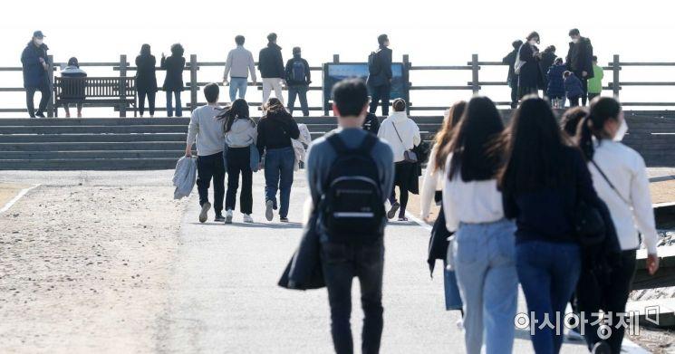 [포토]가벼운 옷차림으로 산책