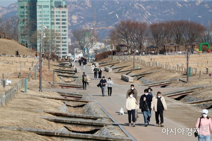 [포토]포근한 휴일 하늘공원 찾은 시민들