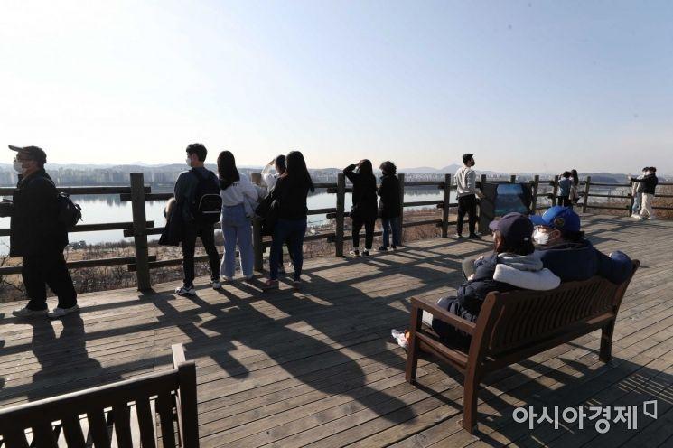 [포토]3월 중순 날씨에 하늘공원 찾은 시민들