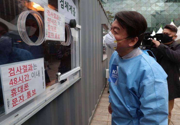 안철수 국민의당 대표가 15일 서울광장에 마련된 임시 선별검사소에서 의료 자원봉사에 나서 의료진과 이야기를 나누고 있다. [이미지출처=연합뉴스]