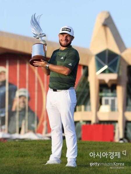 타이렐 해튼이 아부다비 HSBC챔피언십 우승 직후 트로피를 들고 환호하고 있다. 아부다비(UAE)=Getty images/멀티비츠