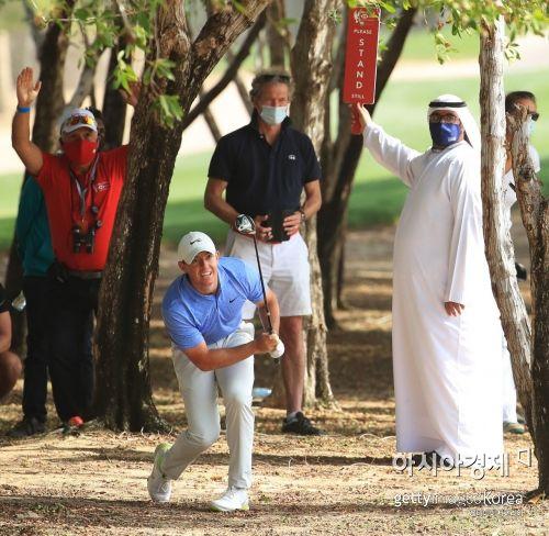 로리 매킬로이가 아부다비 HSBC챔피언십 최종일 8번홀에서 트러블 샷을 하고 있다. 아부다비(UAE)=Getty images/멀티비츠