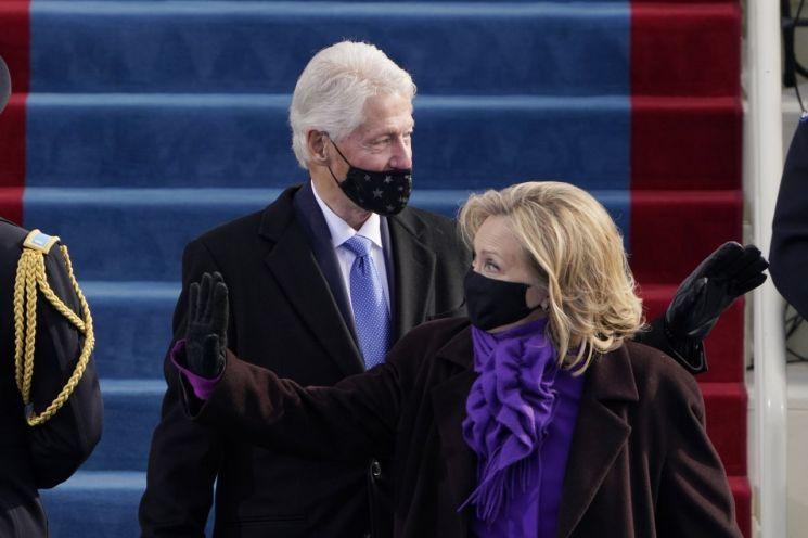 빌 클린턴 전 미국 대통령이 '코스크'를 한 채 조 바이든 대통령 취임식에 참석하고 있다. 그의 부인 힐러리 클린턴 전 국무부 장관은 마스크로 입과 코를 모두 가리고 있어 대비된다. [이미지출처=EPA연합뉴스]