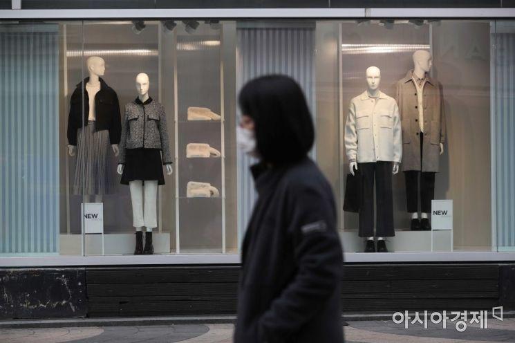 전국적으로 포근한 날씨를 보인 25일 서울 명동의 한 의류매장 쇼윈도에 봄옷이 진열돼 있다. /문호남 기자 munonam@