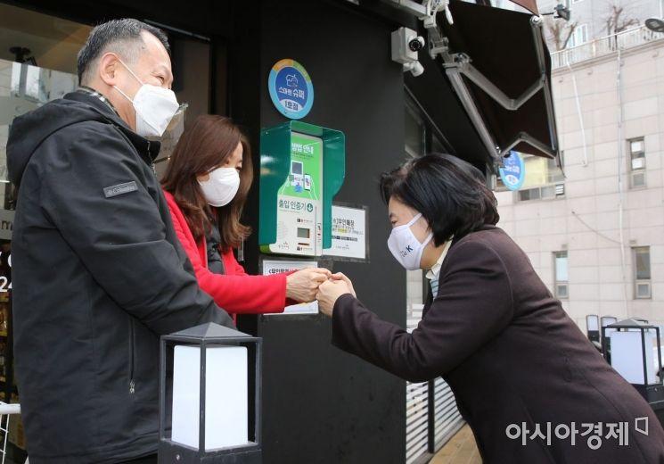 [포토] 상인들과 인사 나누는 박영선 전 장관
