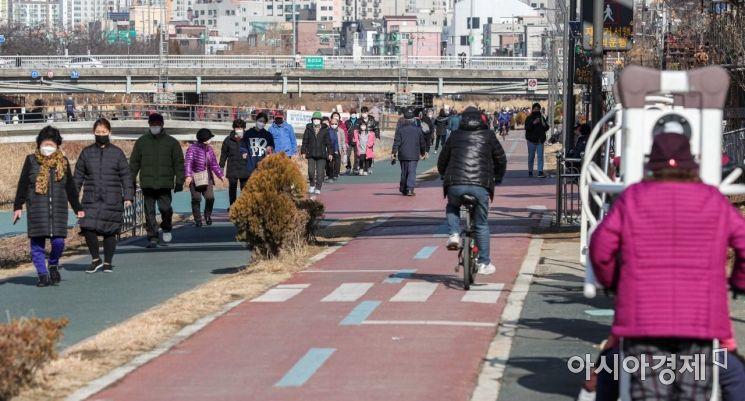 [포토]따뜻한 날씨에 붐비는 산책로