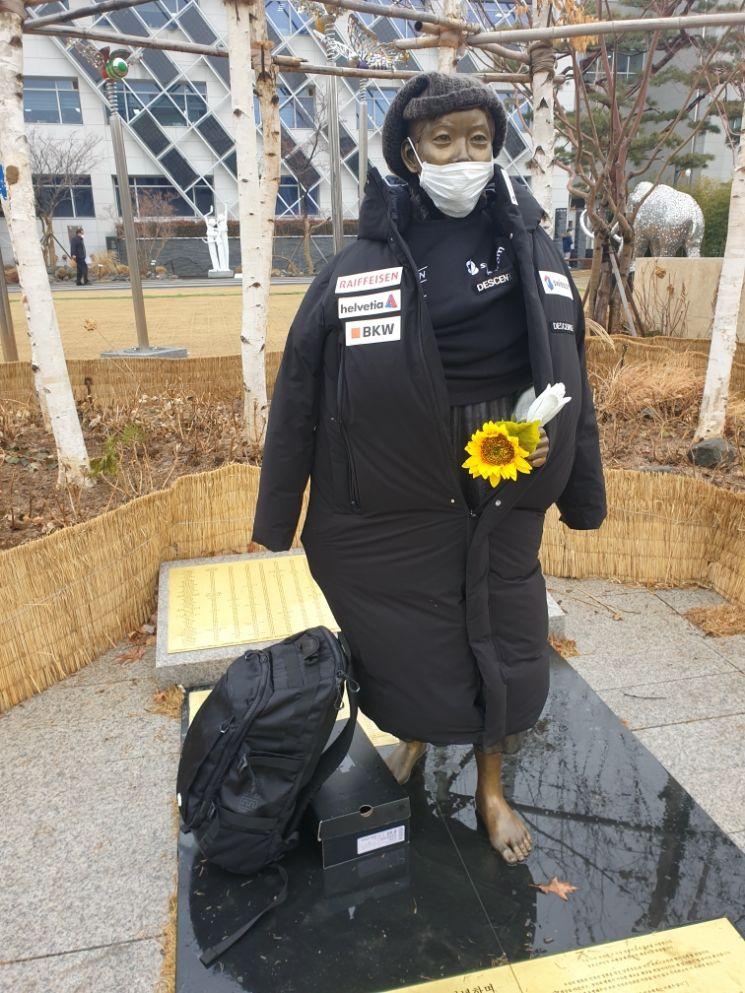 지난 22일 오전 강동구청 앞 평화의 소녀상에 데상트 패딩이 입혀져 있다. [사진=강동구 평화의 소녀상 보존 시민위원회 제공]