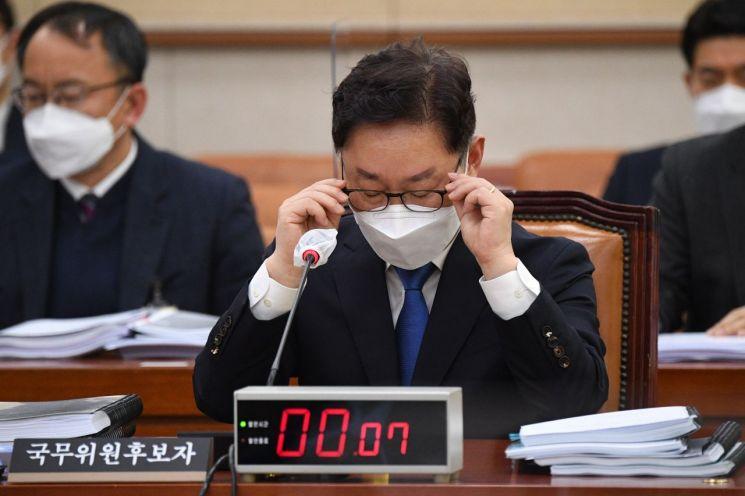 박범계 법무부 장관 후보자가 25일 국회 법제사법위원회에서 열린 인사청문회에서 안경을 고쳐쓰며 질의를 듣고 있다. / 사진=연합뉴스