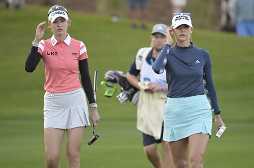 제시카(오른쪽)-넬리 코르다 자매가 LPGA투어 2021시즌 개막전 다이아몬드리조트토너먼트 최종일 챔피언 조에서 동반 플레이를 펼치고 있는 모습이다.