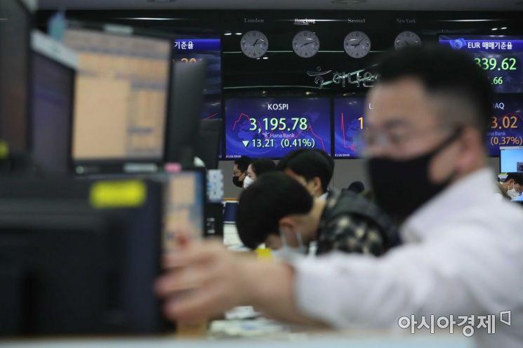 코스피 지수가 하락 출발한 26일 서울 을지로 하나은행 딜링룸에서 딜러들이 일하고 있다. /문호남 기자 munonam@