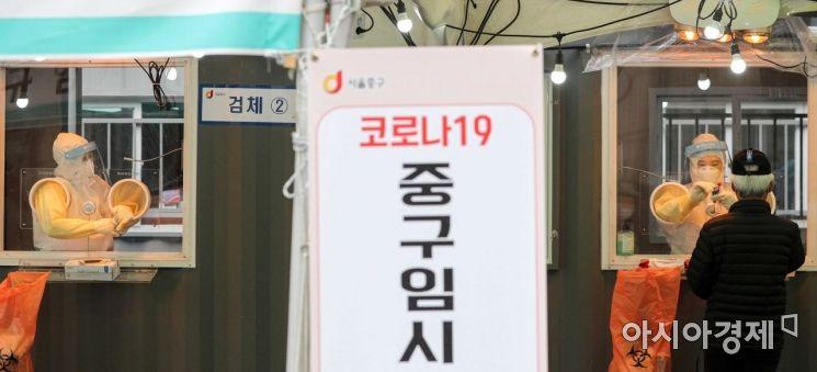서울역 노숙인시설에서 신종 코로나바이러스감염증(코로나19) 확진자가 발생한 26일 서울역광장에 마련된 임시선별진료소에서 시민들이 검사를 받고 있다./강진형 기자aymsdream@