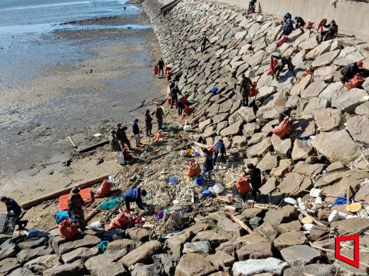 인천 앞바다 해양쓰레기 수거 [사진 제공=인천시]