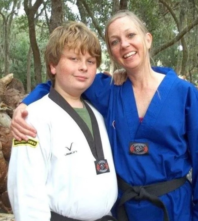 그레고리 라모스(왼쪽)와 살해당한 그의 어머니. 사진=페이스북 캡처.