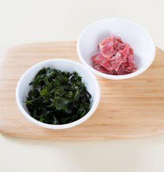 1. 쇠고기는 핏물을 제거하고 마른 미역은 찬물에 불려 물기를 꼭 짜서 먹기 좋게 썬다.