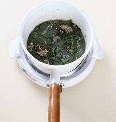 3. 물 2컵을 넣어 끓여 끓어오르면 중간 불에 10분 정도 끓인다.