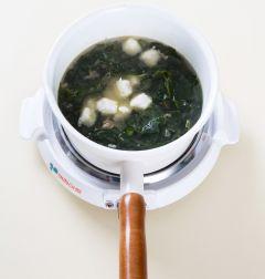 4. 물 2컵을 더 넣어 센 불로 10분 정도 끓이다가 미역이 부드러워지면 옹심이를 넣고 3분 정도 끓인다. 참치한스푼을 넣고 소금으로 간한다. (Tip 참치한스푼이 없다면 조선간장(집간장)으로 간을 맞춘다.)