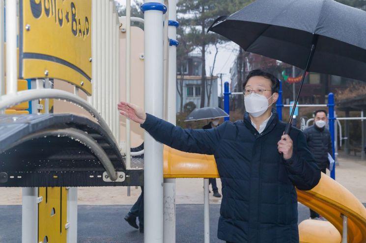 [포토]채현일 영등포구청장, 고추말 어린이공원 놀이시설 점검