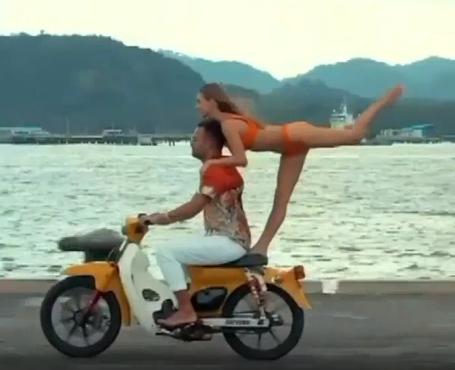 인도네시아 발리에서 러시아인 유명 인플루언서가 여성과 함께 오토바이를 타고 바다에 뛰어들었다가 24일 강제 추방됐다. 사진=인스타그램 캡처.