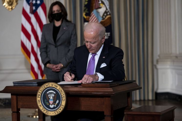 조 바이든 미국 대통령이 인종간 불평등 해소를 위한 행정명령에 서명하고 있다. [이미지출처=EPA연합뉴스]