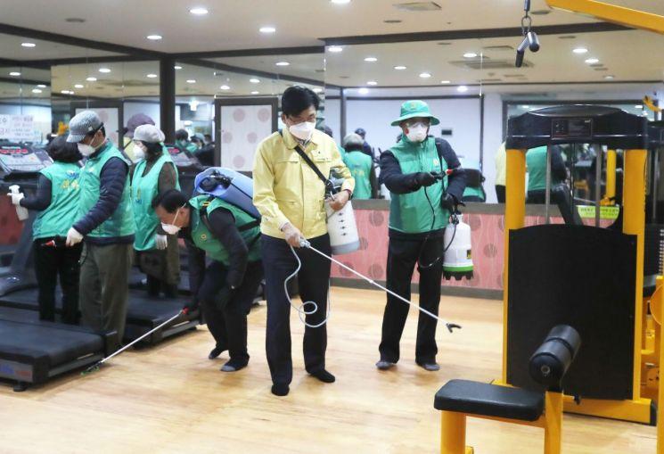 박성수 송파구청장이 민간특별방역단과 함께 체육시설에 대한 방역 작업을 하고 있다.