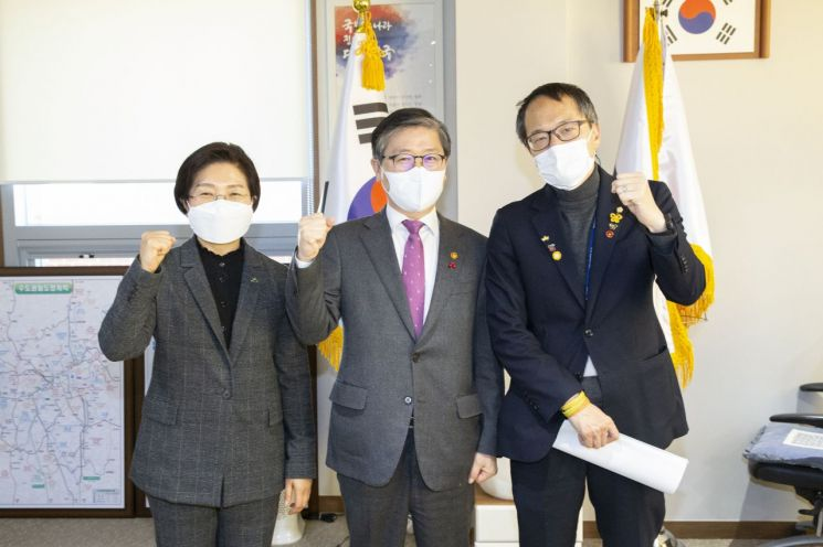 변창흠 국토부장관(가운데)과 면담을 마친 후 포즈를 취하고 있는 김미경 은평구청장(좌측)과 박주민의원(우측)