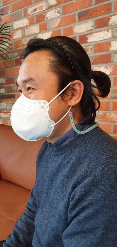 경남 김해시청 권오현 주무관이 '어머나' 운동에 동참하기 위해 머리를 기르고 있다.(사진=김해시)