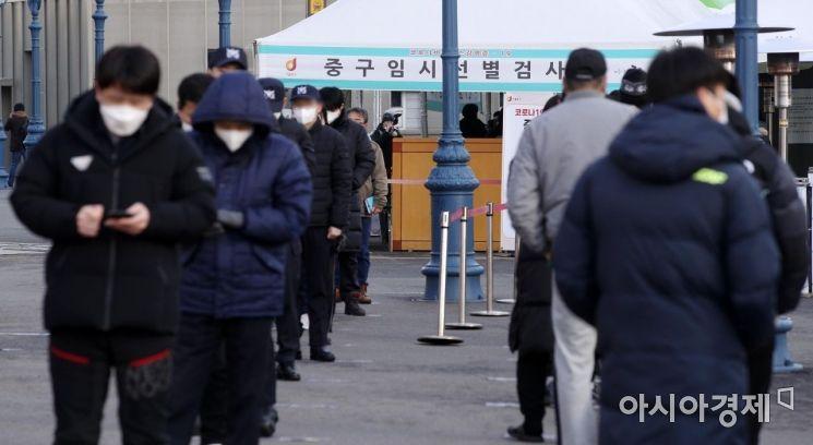 완만한 감소세를 보이던 신종 코로나바이러스감염증(코로나19) 신규 확진자 수가 열흘 만에 다시 500명대 중반까지 치솟은 27일 서울역광장에 마련된 임시 선별검사소에서 시민들이 줄을 서 있다. 중앙방역대책본부에 따르면 이날 0시 기준 국내 코로나19 신규 확진자는 559명으로 늘었다. IM선교회가 운영하는 비인가 교육시설인 광주 광산구 TCS국제학교에서 100명이 한꺼번에 확진 판정을 받은 게 큰 영향을 미쳤다./김현민 기자 kimhyun81@