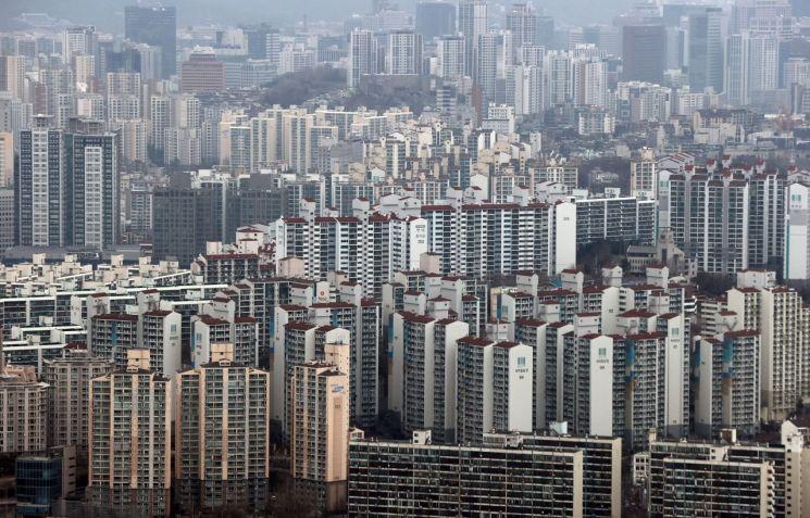 수도권 아파트값 주간 상승률이 한국부동산원이 통계를 작성한 2012년 5월 이후 8년 8개월 만에 최고로 올랐다. 서울 아파트값도 새해 들어 3주 연속으로 상승 폭을 키우며 좀처럼 안정을 찾지 못하는 모습이다. 한국부동산원(옛 한국감정원)은 1월 셋째 주(18일 기준) 전국의 아파트 매매가격이 0.29% 올라 지난주(0.25%)보다 상승 폭이 커졌다고 21일 밝혔다. 지역별로는 수도권의 아파트값이 0.31% 올라 부동산원 통계 작성 이후 8년 8개월 만에 최고 상승률을 기록했다. 사진은 이날 오전 서울 여의도 63스퀘어에서 바라본 서울 시내 아파트 단지. <사진=연합뉴스>