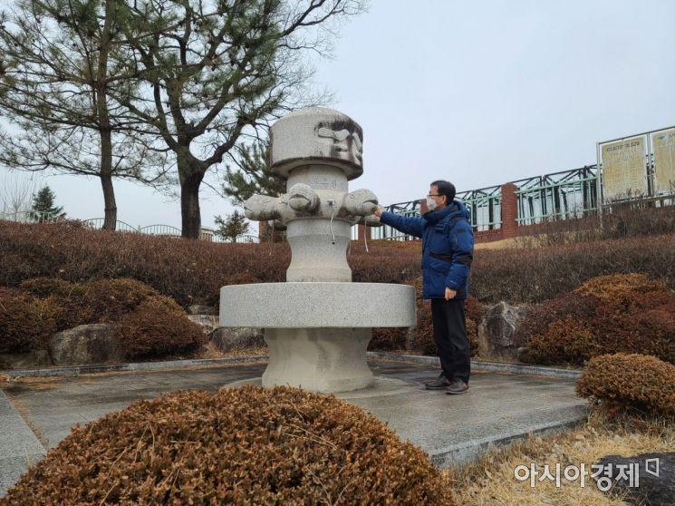 김천시 관계자가 비상급수시설을 점검하고 있다.