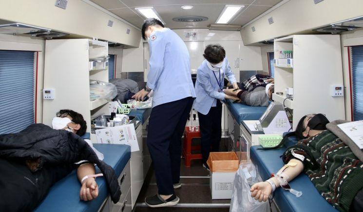전남도교육청 직원 40여 명은 자율적으로 헌혈 운동에 참여해 사랑 나눔을 실천했다. 사진=전남도교육청 제공