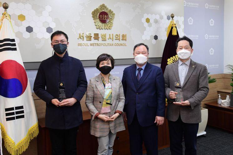 왼쪽부터 양민규 의원, 김경 의원, 김인호 의장, 임종국 의원