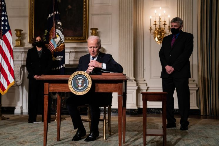 조 바이든 미국 대통령이 기후변화 대응과 관련된 행정명령과 대통령 각서에 서명하고 있다. [이미지출처=EPA연합뉴스]