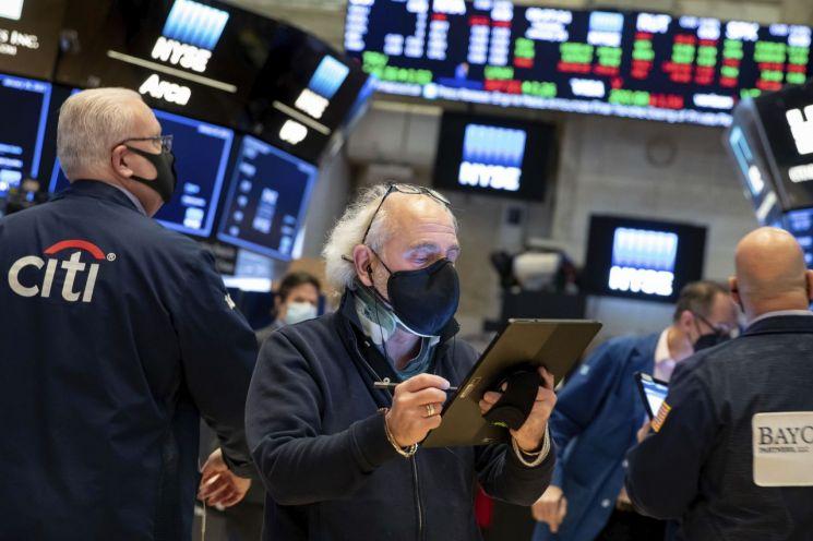 미국 뉴욕증권거래소의 입회장에서 26일(현지시간) 트레이더들이 업무에 임하고 있다. 주요 지수는 대형 기술주 실적 발표와 연방공개시장위원회(FOMC) 회의 결과를 앞두고 숨 고르기에 들어갔다 [이미지출처=연합뉴스]