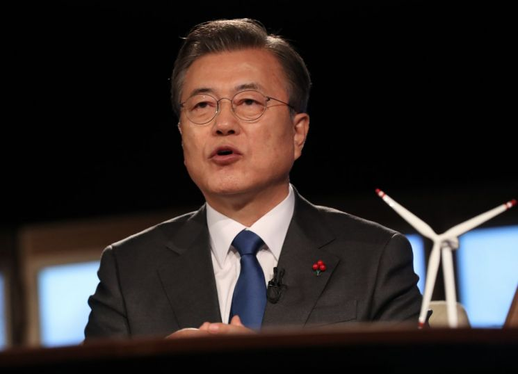 문재인 대통령이 27일 오후 청와대에서 화상으로 열린 2021 세계경제포럼(WEF) 한국정상 특별연설에 참석, 연설하고 있다. (사진=연합뉴스)