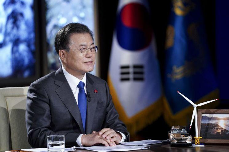 화상으로 열린 2021 세계경제포럼(WEF)에서 경제일반에 대한 질문을 듣고 있는 문재인 대통령. [이미지출처=연합뉴스]
