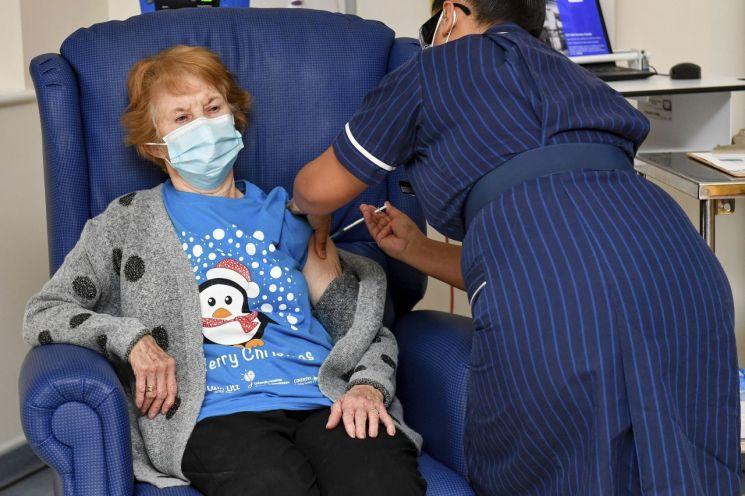 영국 코번트리 대학 병원에서 90세의 마가렛 키넌씨가 미국 제약사 화이자와 독일 바이오엔테크가 공동 개발한 신종 코로나바이러스 감염증(코로나19) 백신을 접종받고 있다. [이미지출처=AP연합뉴스]