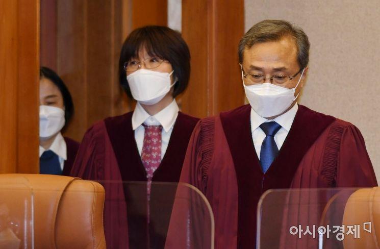 [포토] 심판정 들어서는 헌법재판관들