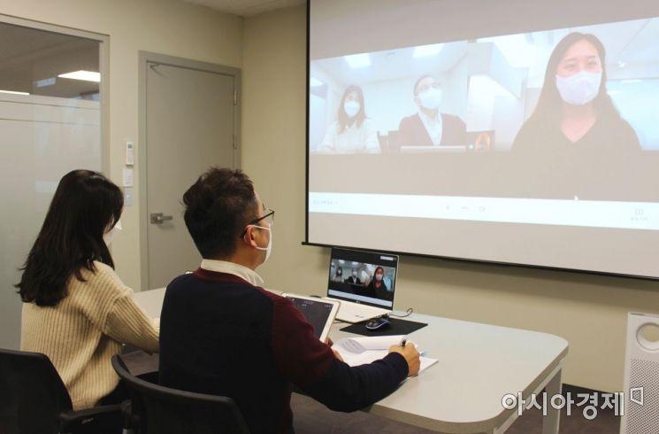 이투스교육이 교육업계 최초로 IT 직군 블라인드 공채를 진행했다. 채용 과정에서 화상 면접을 진행하고 있는 모습.