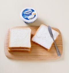 1. 식빵 한 쪽에 크림치즈를 골고루 펴 바른다.